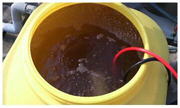 ポリタンクに原水200Lを入れ、マイクロバブルを発生させた状態