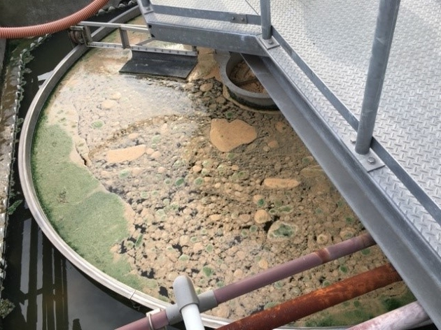 稼働前の沈殿槽(浮上スカムが大量に浮かぶ)