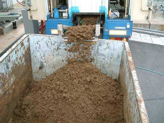 脱水装置から出る余剰汚泥
